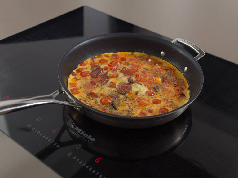 开中高火,在不粘锅中融化黄油。煎口利左香肠约2分钟或煎至出油。加入灯笼椒煎至少2分钟,调至中低火。依次加入圣女果和鸡蛋混合物。盖上锅盖约4分钟,让蛋饼逐渐成形。