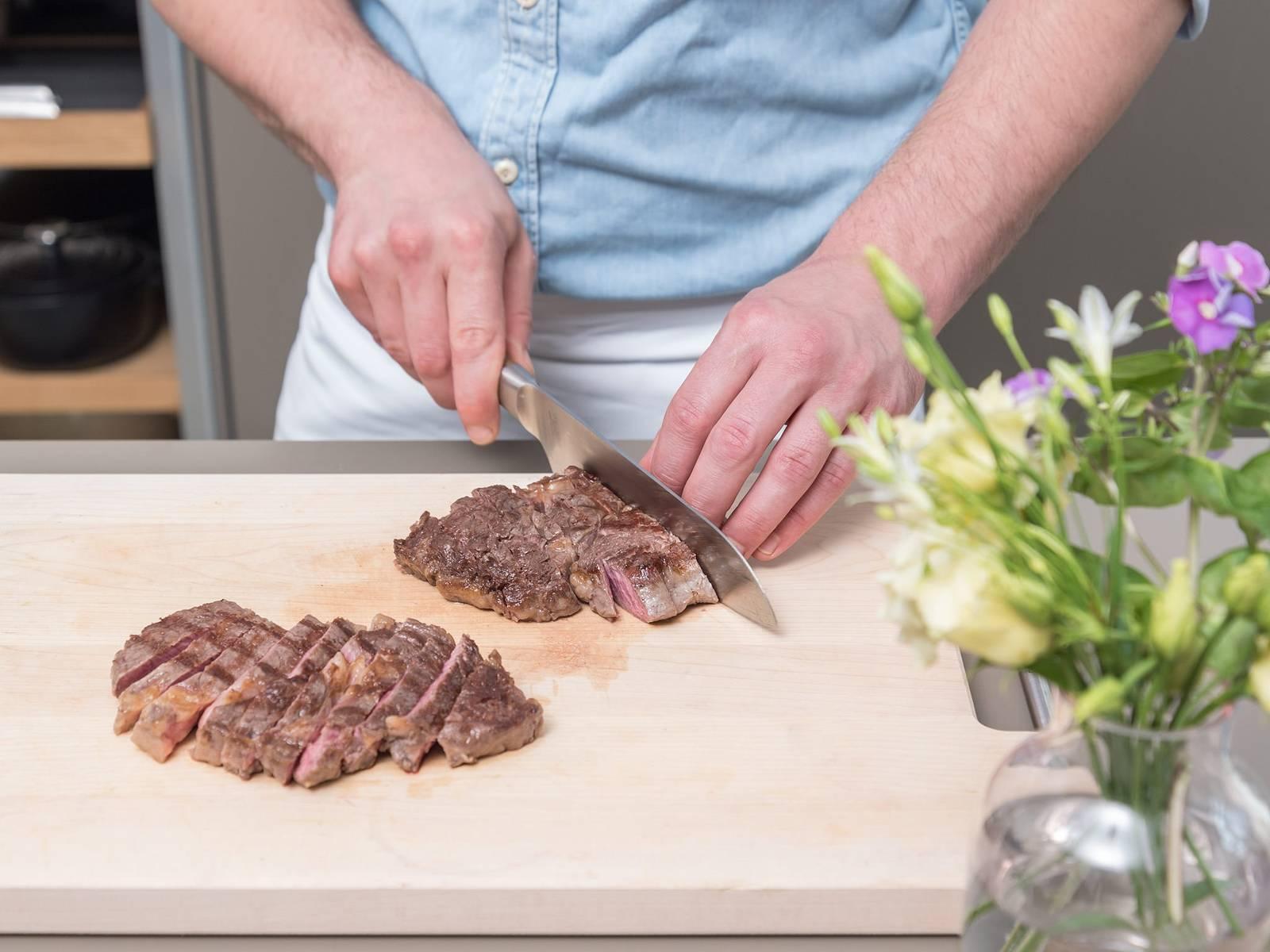 Steaks aus dem Backofen nehmen, kurz abkühlen lassen und ca. 3-5 Min. in Alufolie verpacken. Anschließend in Scheiben schneiden. Mit Ofenkartoffeln und Pico de gallo servieren und genießen!