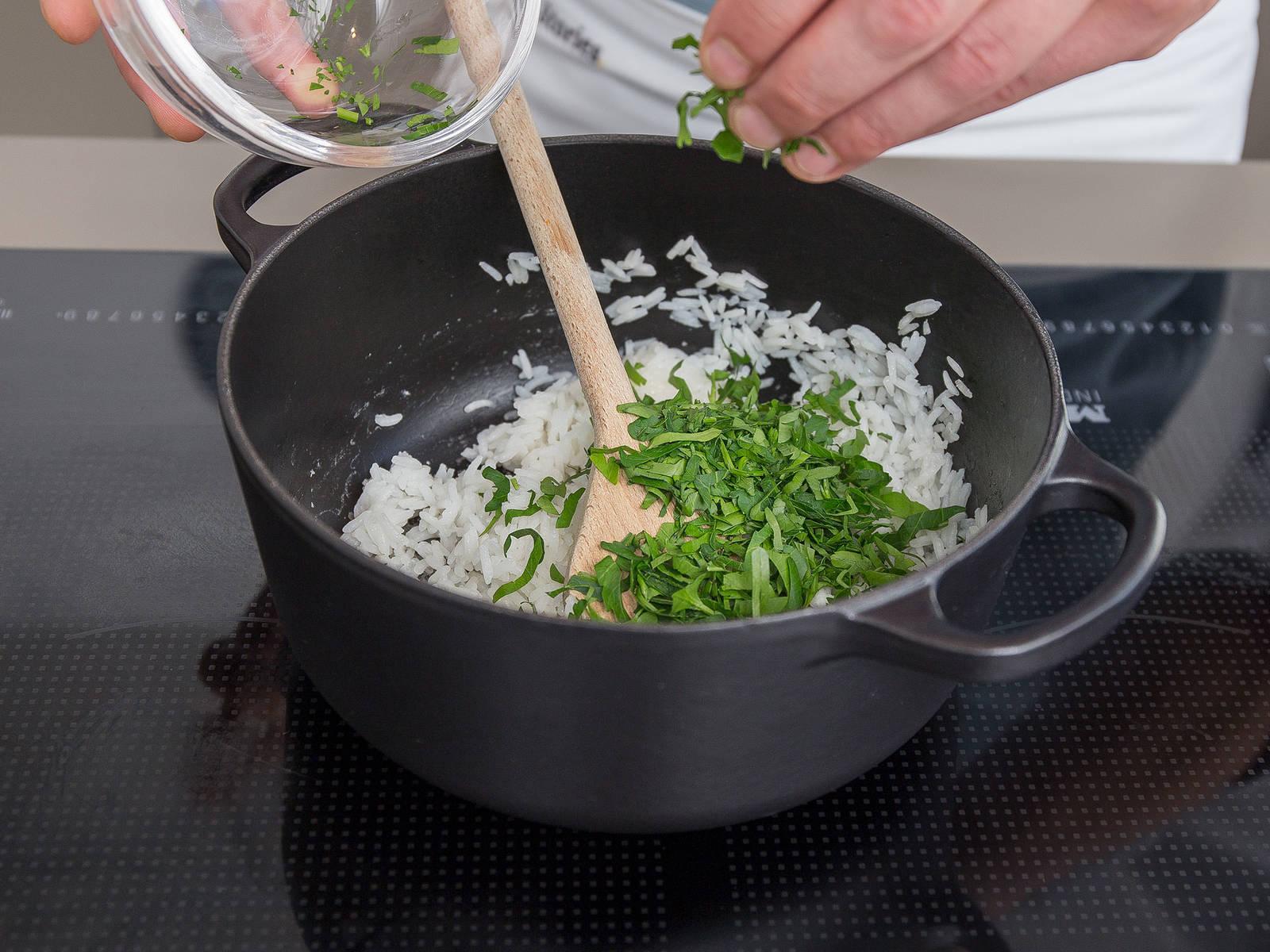 Während die Soße kocht, Reis zubereiten. Dafür Reis und Wasser in einen großen Topf geben und salzen. Aufkochen lassen, die Hitze reduzieren und ca. 12 – 15 Min. köcheln lassen, oder bis der Reis gar ist. Gehackte Petersilie unterrühren. Schweinefilet mit Sauce und Reis servieren. Guten Appetit!