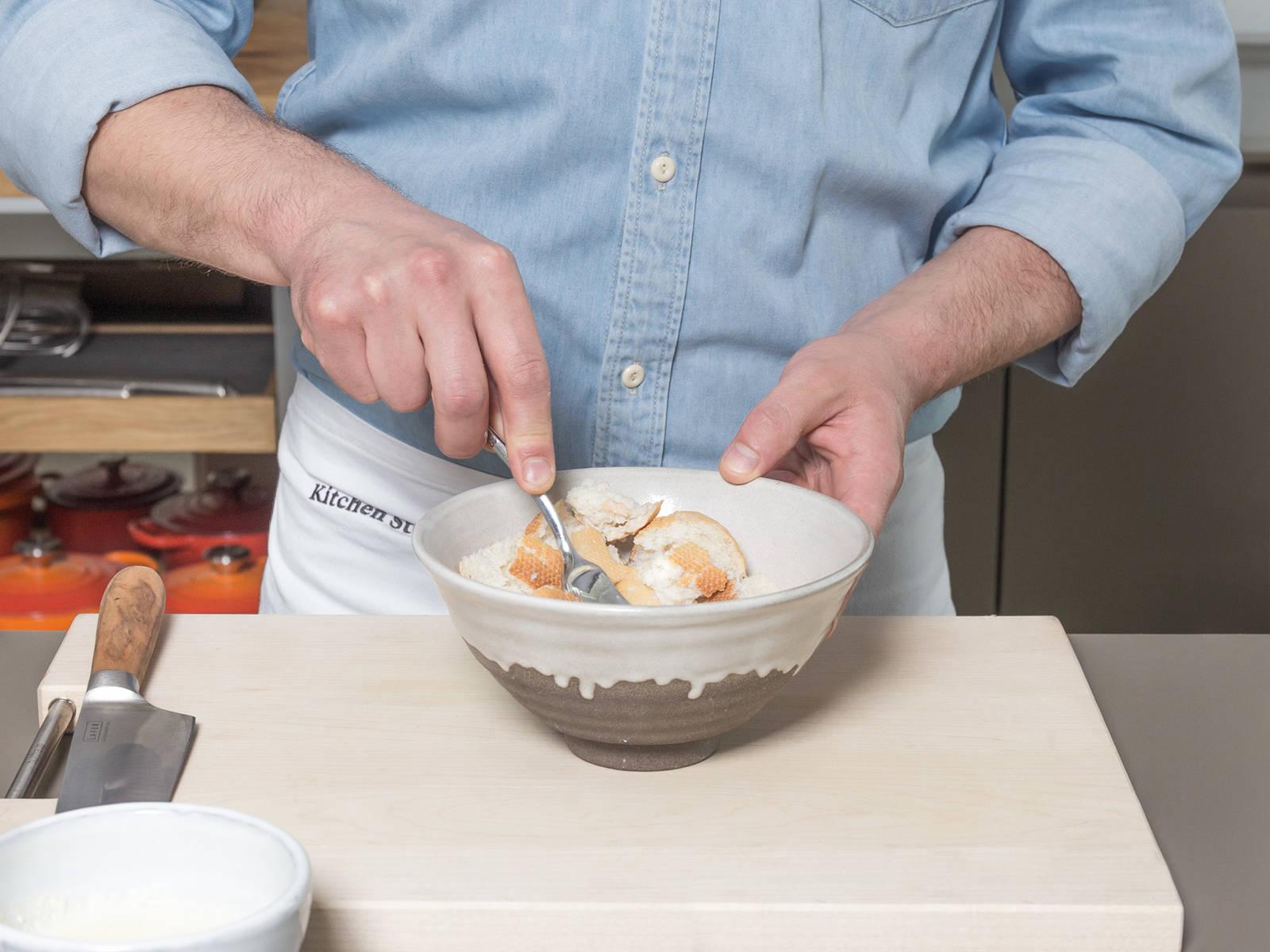 Backofen auf 180°C vorheizen. Brötchen in Würfel schneiden und in eine große Rührschüssel geben. Milch dazugeben und Brötchen ca. 5 Min. aufweichen lassen. In der Zwischenzeit Zwiebeln und Knoblauch fein würfeln und Petersilie fein hacken.