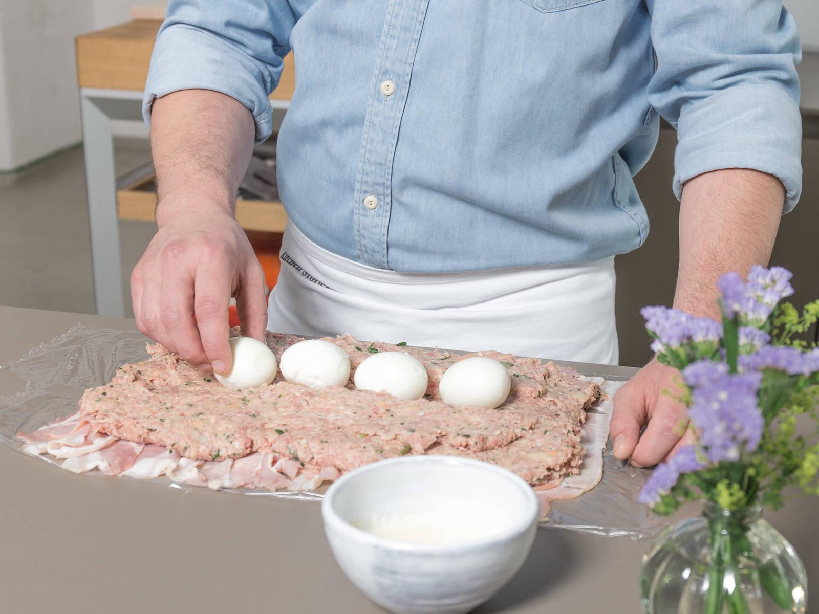 Frischhaltefolie auf der Arbeitsfläche auslegen und Speckscheiben nebeneinander darauflegen. Fleischmasse  darauf verteilen, die gekochten Eier nebeneinander mittig auf die Masse legen. Mit Hilfe der Frischhaltefolie zu einem Bratling formen und mit Speck ummanteln.