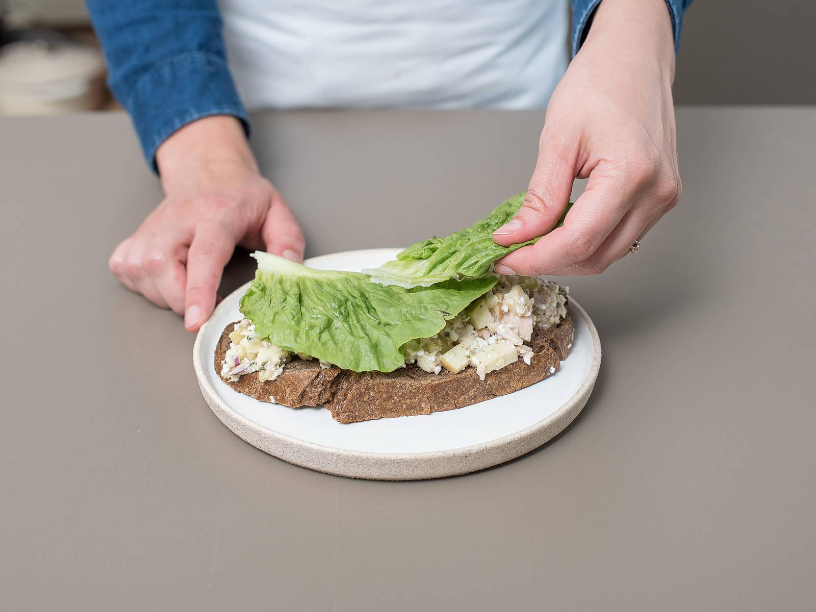 Thunfischmischung und Salatblätter auf geröstete Brotscheiben aufteilen. Guten Appetit!
