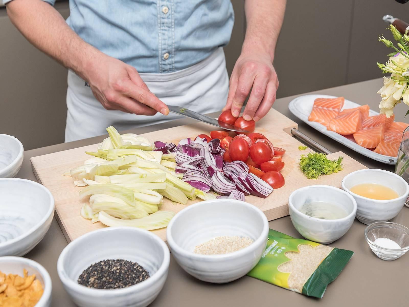 Öl in einer Pfanne bei mittlerer bis hoher Hitze erwärmen. Lachs auf der Krustenseite ca. 3 - 5 Min. anbraten und anschließend wenden. Bei 120°C ca. 10 Min. im Backofen garen. In der Zwischenzeit Fenchel zurechtschneiden und in Spalten schneiden. Tomaten halbieren und Zwiebeln in Spalten schneiden.