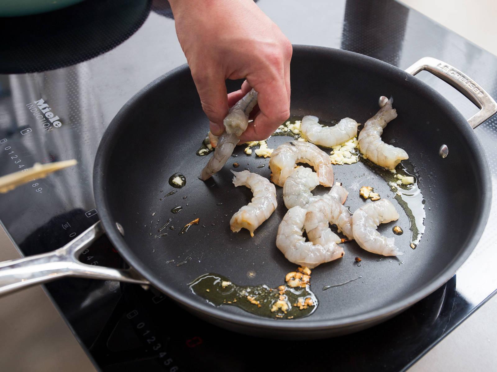 Öl in einer zweiten Pfanne auf mittlerer Stufe erhitzen und den restlichen Knoblauch ca. 1 - 2 Min. anbraten. Garnelen in die Pfanne geben und mit Salz und Pfeffer würzen. Hitze auf niedrige bis mittlere Stufe reduzieren und die Garnelen von beiden Seiten ca. 15 Sek. anbraten. Mit Zitronensaft ablöschen. Garnelen mit Kokosreis und Baby Pak Choi anrichten. Guten Appetit!