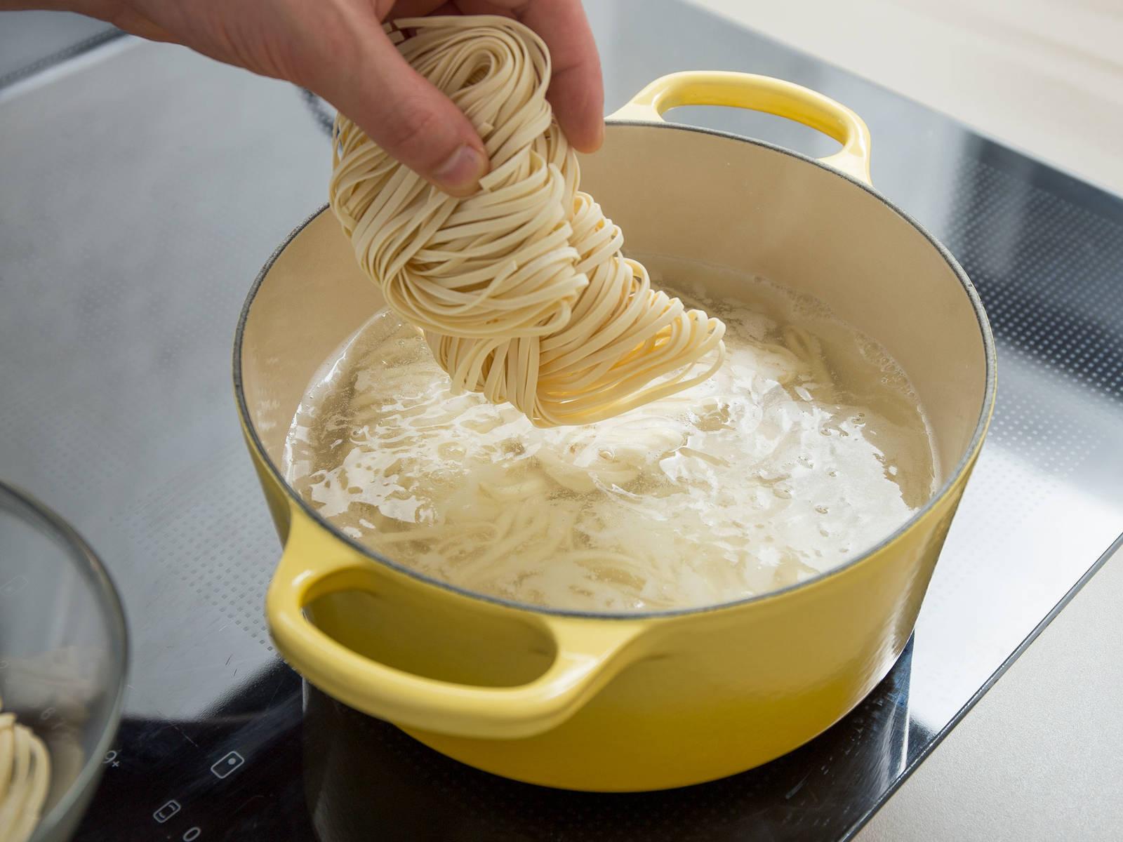 往大平底锅中加水,煮沸。放入鸡蛋面,煮6-8分钟,或煮出弹牙嚼劲。滤干,放冷水中,置于一旁。