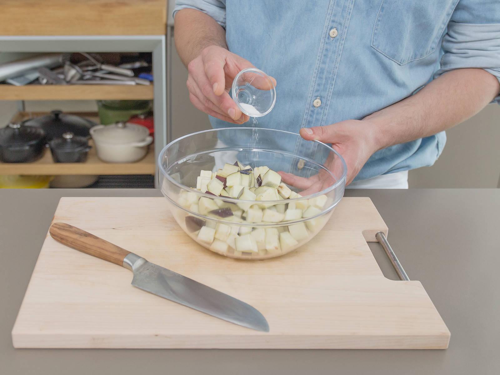 Aubergine würfeln und in eine Schüssel geben. Salzen und ca. 60 Min. beiseitestellen.