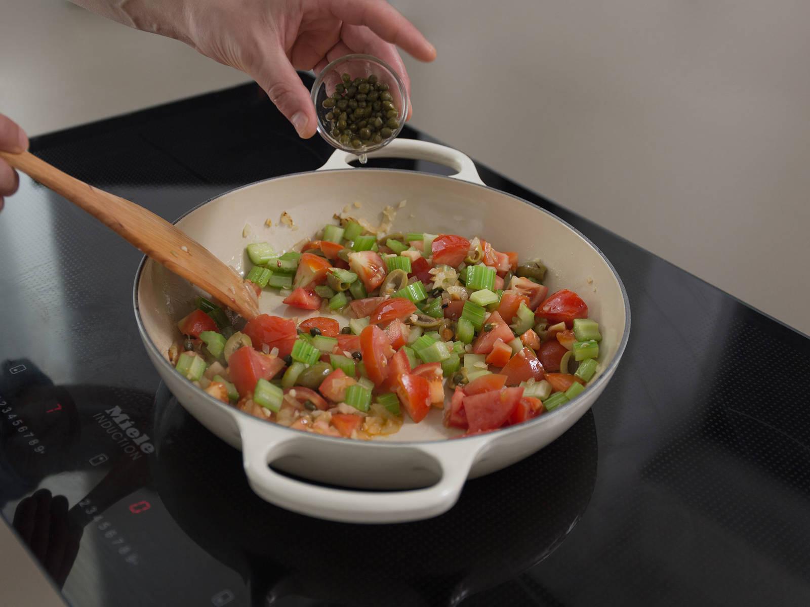 Die Hälfte des Olivenöls in einer Pfanne bei mittlerer bis hoher Hitze erwärmen. Zwiebeln und Knoblauch darin ca. 1 Min. anschwitzen. Sellerie und Zucker dazugeben und ca. 2 Min. anbraten. Tomaten, Oliven und Kapern in die Pfanne geben und auf niedriger Hitze mit Deckel ca. 15 Min. köcheln lassen.