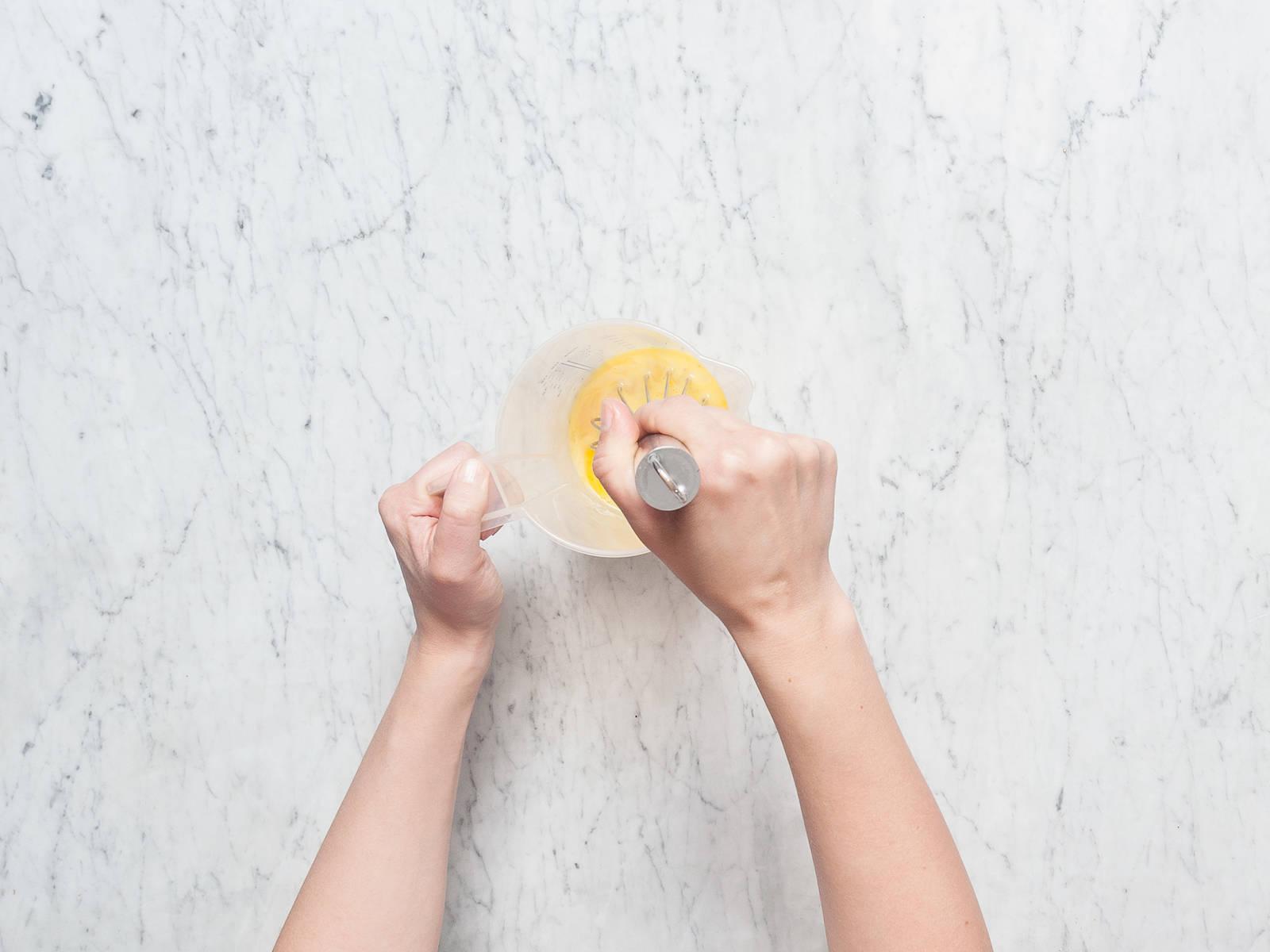 Backofen auf 180°C vorheizen. Speck in kleine Würfel schneiden. Zwiebel schälen und fein würfeln. Frühlingszwiebeln in feine Ringe schneiden. Knoblauch schälen und hacken. Spinat grob hacken. Eier mit Milch in einem Messbecher oder einer Rührschüssel aufschlagen, großzügig salzen und pfeffern. Beiseitestellen.