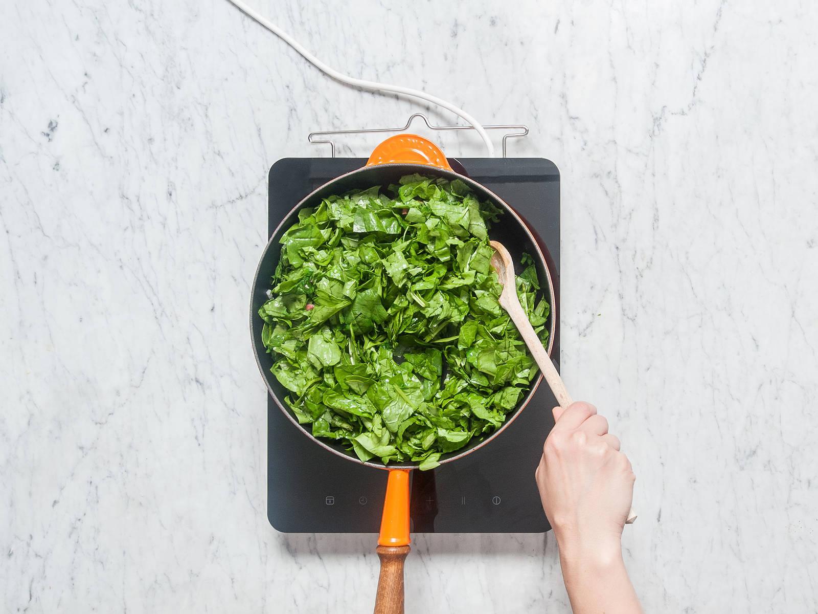 Olivenöl in einer großen Pfanne auf mittlerer Stufe erhitzen. Speckwürfel, Zwiebel und Knoblauch zugeben und ca. 2 - 3 Min. anbraten. Frühlingszwiebeln und Spinat dazuzugeben. Mit Salz und Pfeffer abschmecken und bei mittlerer Hitze ca. 4 - 5 Min. braten.