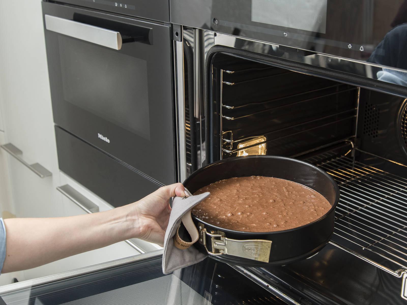 另取一个碗加入糖、香草精和蛋黄,搅拌约5至6分钟,直到变成轻薄蓬松的质地。混合面粉、淀粉、可可粉和泡打粉,过筛加入蛋黄中。搅拌均匀,分两批小心地拌入打发的蛋白。开中低火,在小锅中加热黄油至融化,倒入面糊中并搅拌均匀。将面糊倒入准备好的脱底烤模中,在预热好的烤箱中烘烤约25-30分钟,或用牙签插入蛋糕再抽出,牙签上不沾任何痕迹,即说明烤好。从烤箱中取出,冷却约15分钟后脱模,然后放至完全冷却。