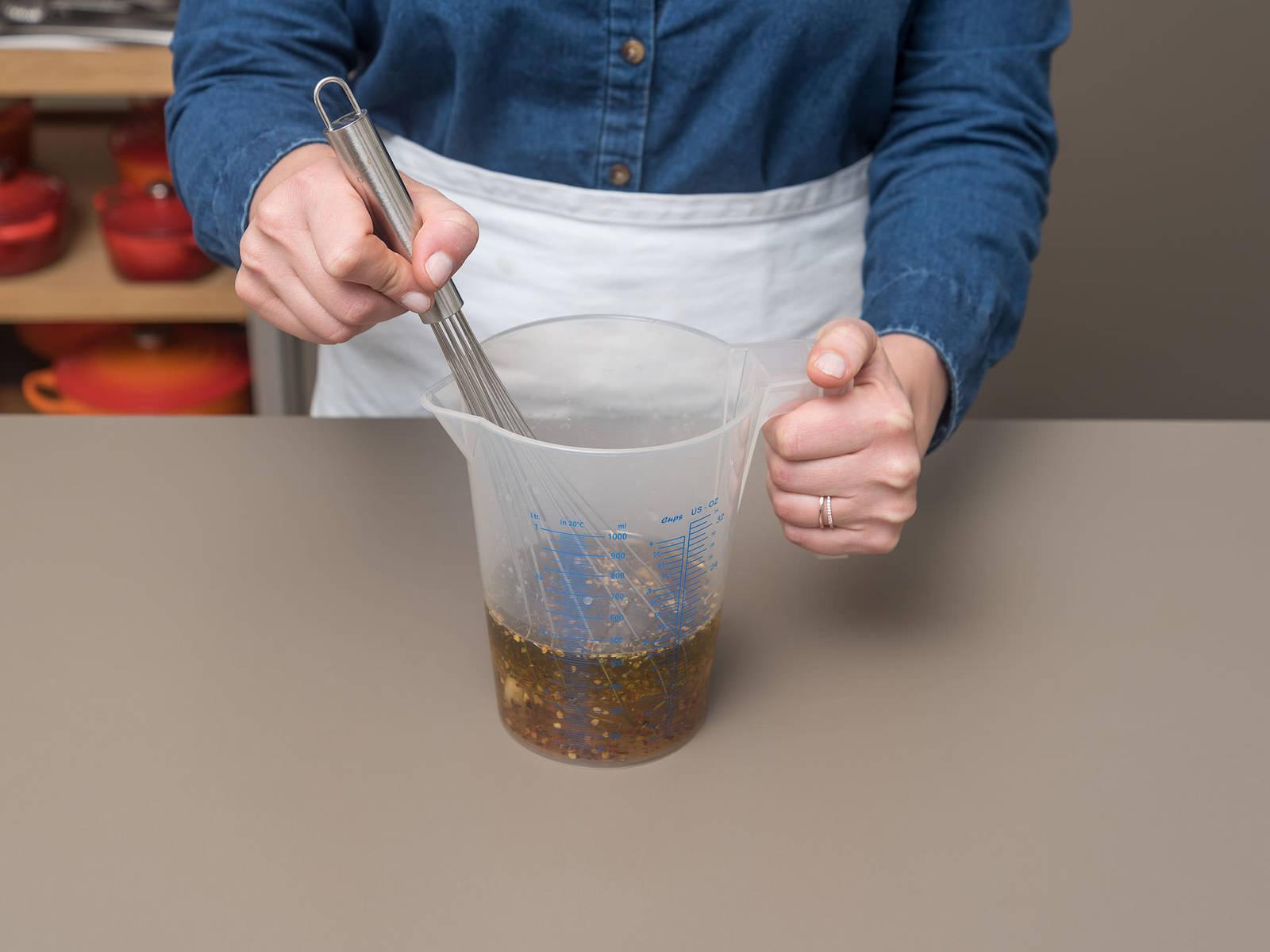 Olivenöl, Weißwein, Oregano, Chiliflocken und zerdrückten Knoblauch in einem großen Messbecher vermengen. Mit Salz und Pfeffer würzen. Die Mischung über die Artischocken gießen und darauf achten, dass sie sich zwischen den Artischockenblättern verteilt. Mit Aluminiumfolie abdecken und ca. 45 Min. bei 260°C backen.