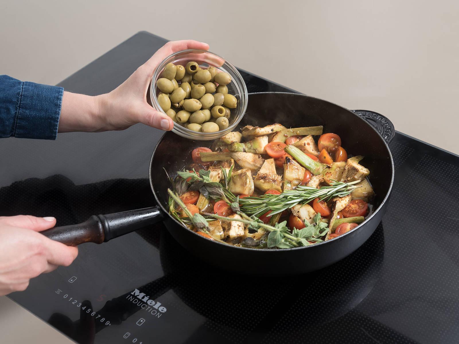 将洋蓟和蒜放到煎锅中,翻炒至变成金棕色。放入番茄和红辣椒粉,翻搅1分钟。倒入葡萄酒,然后加入橄榄、迷迭香和牛至叶。将鸡腿放回锅中,放上柠檬片,煮至微沸。盖上盖子,放到烤箱中。以190℃烤至鸡腿熟透并口感柔软,约需30分钟。