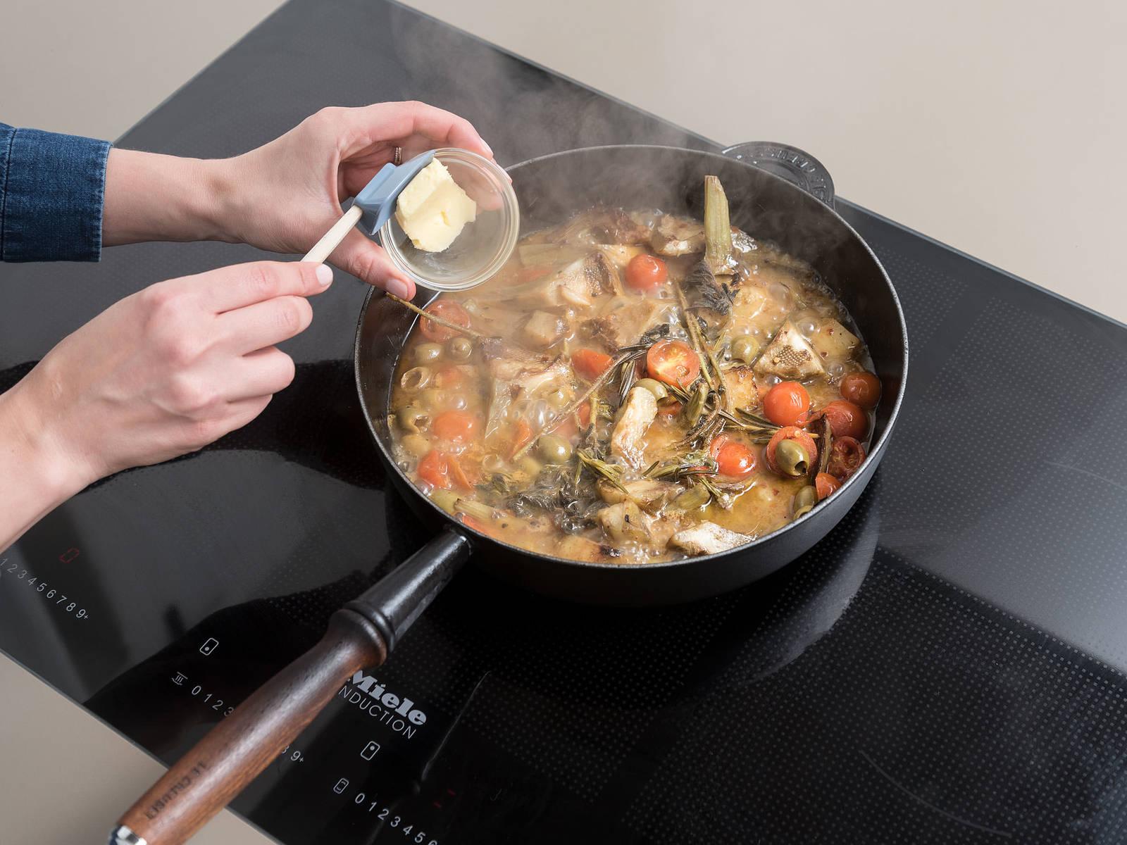 将鸡肉放到一个盘中,把煎锅放回炉上,中高火将汤汁煨至稍微变稠,约需3分钟。拌入黄油。将鸡腿放回锅中,如有需要,可用更多柠檬汁、盐和胡椒调味。饰以牛至叶。尽情享用吧!