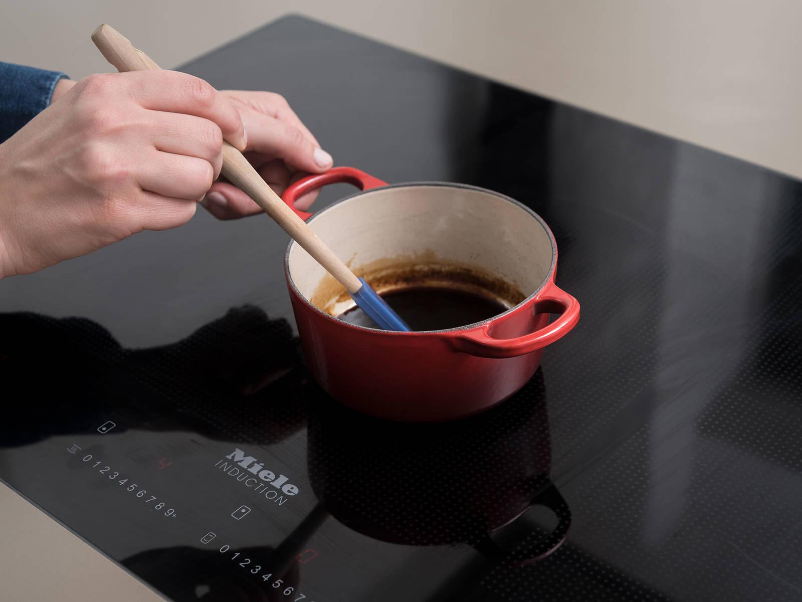 与此同时,制作巴萨米克浓酱:将巴萨米克香醋和蜂蜜一起倒入一个小平底锅中,中小火加热,直至酱汁缩减至一半体积,约需10分钟。