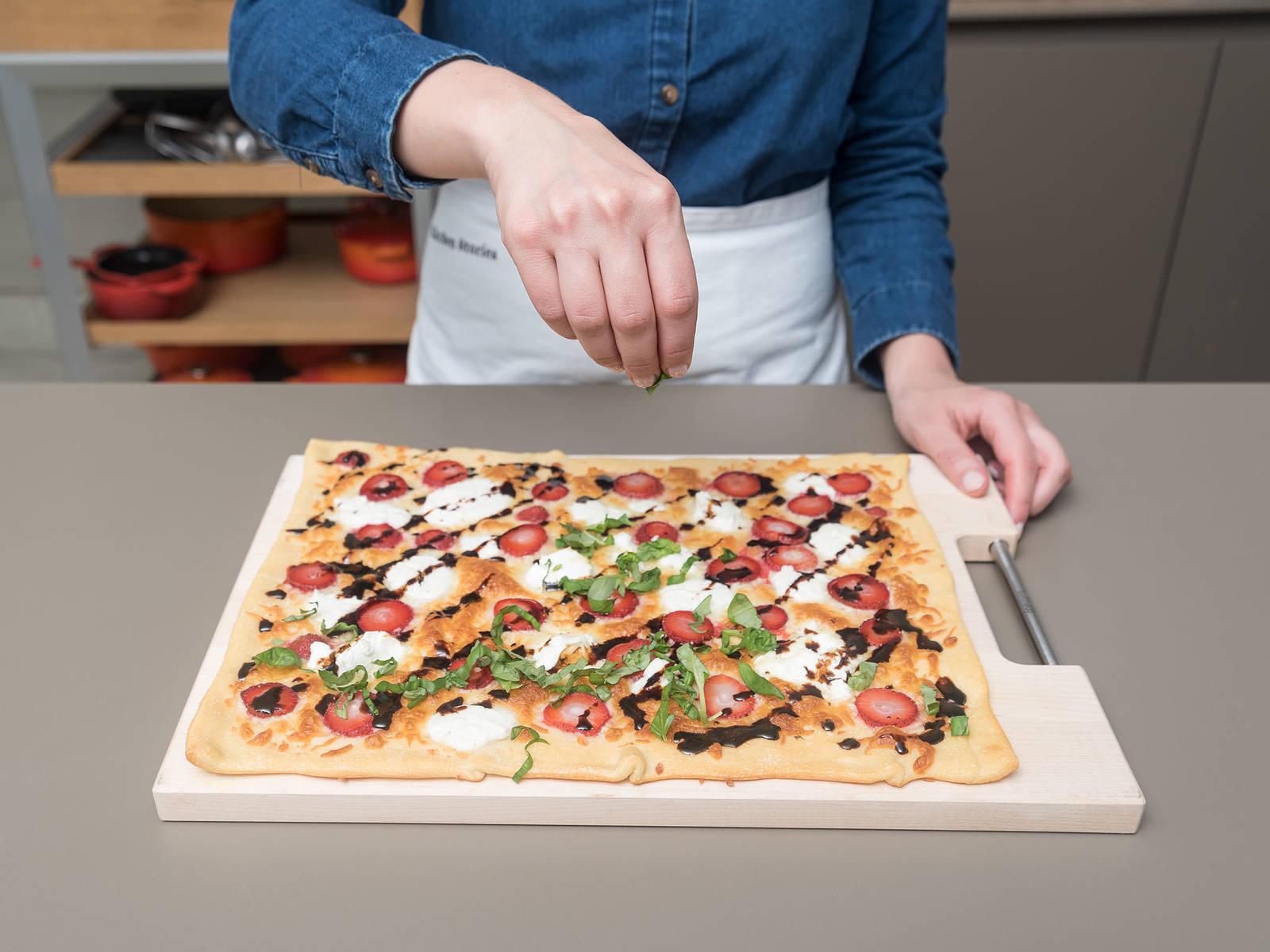 在披萨上撒罗勒,用盐与胡椒调味,淋上巴萨米克浓酱。尽情享用吧!