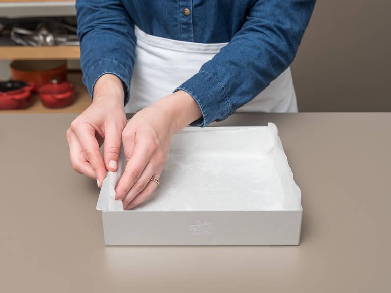 Backofen auf 180°C vorheizen. Backform einfetten und mit Backpapier auslegen.
