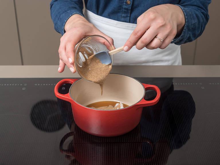 Ahornsirup, Mandelmus und Kokosöl in einem kleinen Topf verrühren und bei mittlerer Hitze erwärmen bis eine cremige Masse entsteht.