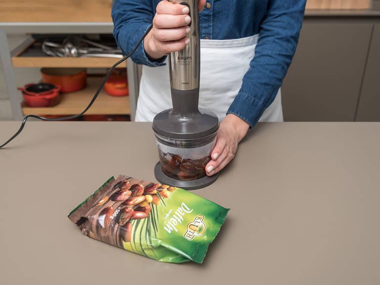Datteln ca. 5 Min. im warmen Wasser ziehen lassen. Anschließend mit einem Stabmixer zu einer cremigen Paste pürieren. Die Paste unter die Ahornsirupmischung rühren.