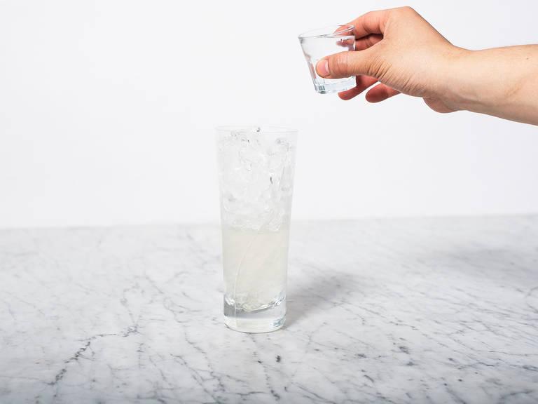 Zitronenzeste schälen und beiseite legen. Zitronensaft, Zucker und Gin in ein Longdrinkglas geben. Mit Crushed Eis auffüllen und gut umrühren.