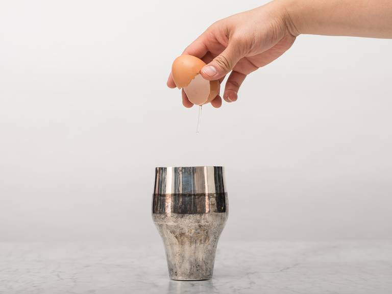 将白兰地、波特酒、单糖浆和鸡蛋放入摇酒杯中,倒满冰块。大力摇晃30秒左右。