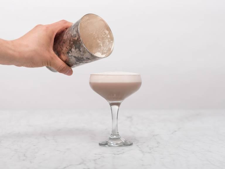 将冰块从摇酒杯中取出,再好好摇晃一次。然后倒进鸡尾酒杯中。