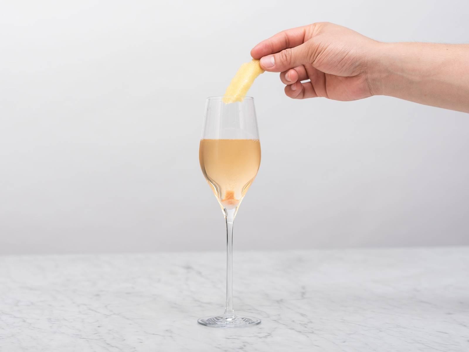 在杯子上方挤压柠檬皮,以压出油分,将皮放入杯中,即可享用。