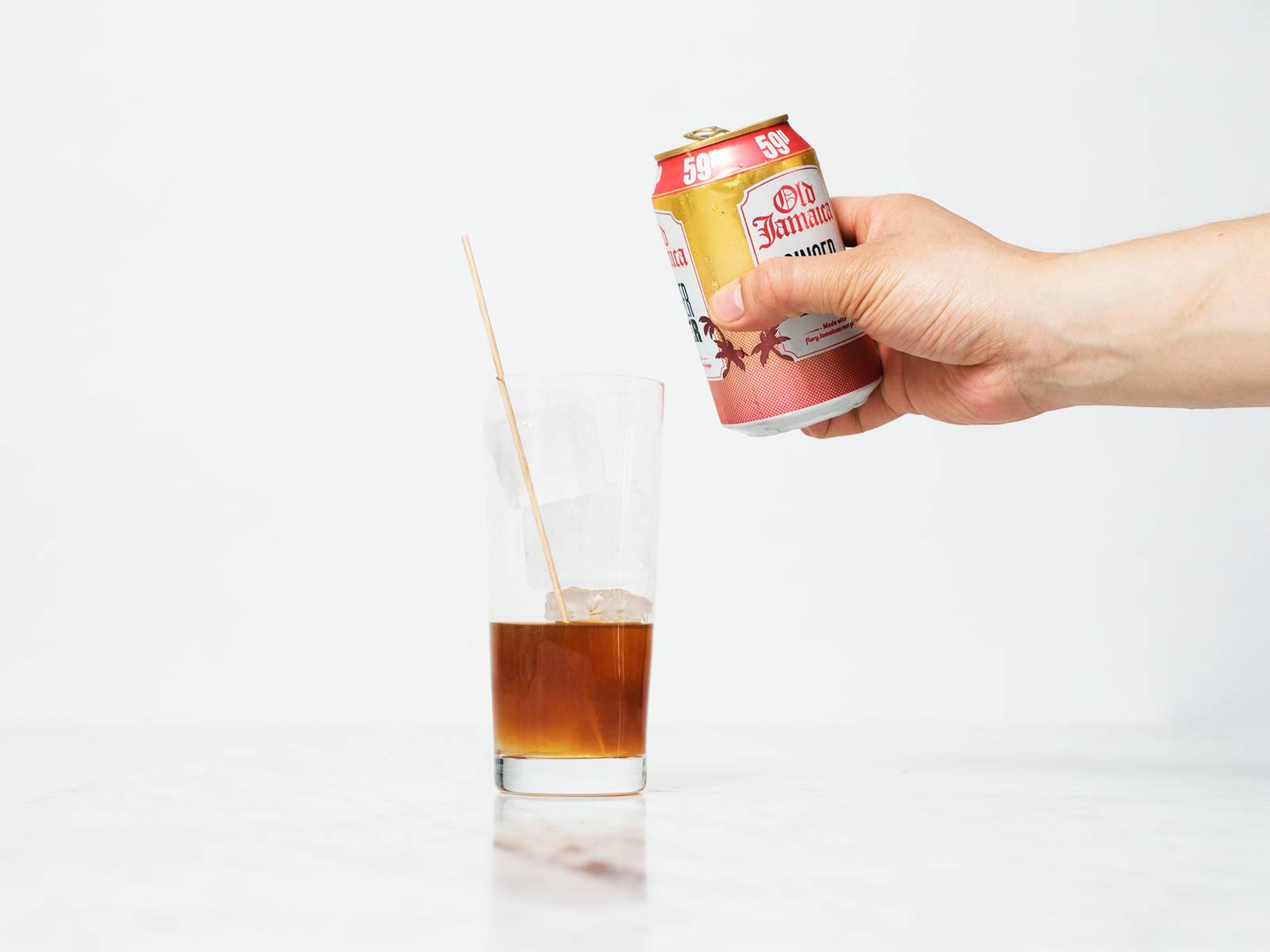Eiswürfel dazugeben, mit Ginger Beer auffüllen und vorsichtig umrühren.