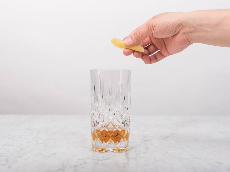 Für jedes Glas drei Zitronenschalen abschälen, spiralförmig in das Glas legen, wobei ein Ende über den Glasrand ragen sollte.