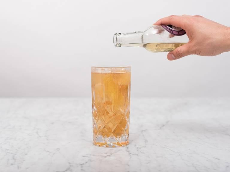 Eiswürfel zugeben und Angosturabitter darüber tröpfeln. Mit Ginger Ale auffüllen, vorsichtig verrühren und genießen!