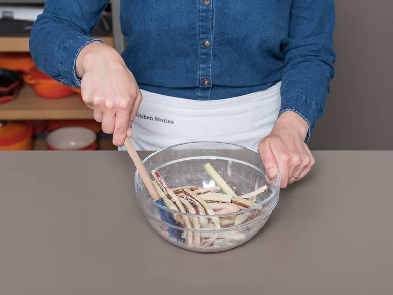 Mark der Vanilleschote auskratzen. In einer kleinen Schüssel Mascarpone, Honig, Vanillemark und Kardamom mit einem Schneebesen verquirlen und beiseitestellen. Die Enden des Rhabarbers abschneiden und in gleich große, längliche Streifen schneiden. In einer mittelgroßen Schüssel Rhabarber, restlichen Zucker und restliches Mehl vermengen und beiseitestellen.