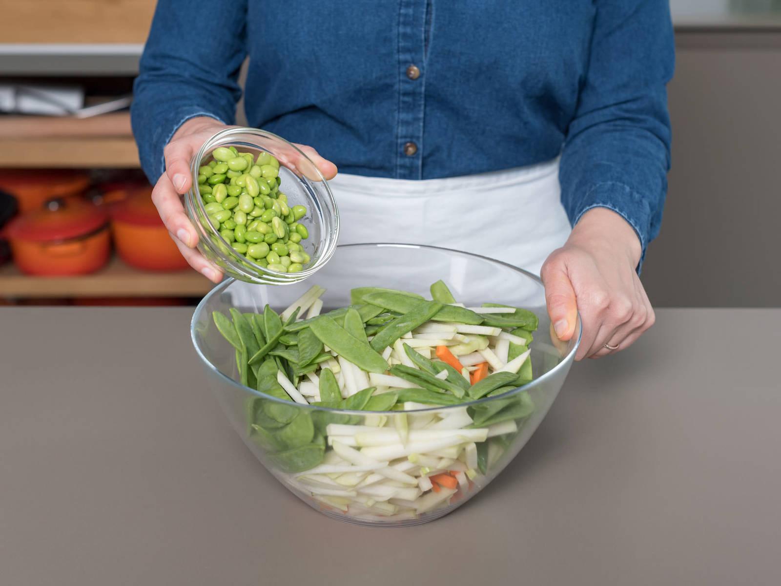 将胡萝卜丝和苤蓝丝与毛豆、蜜豆搅拌混合,然后置于一旁。