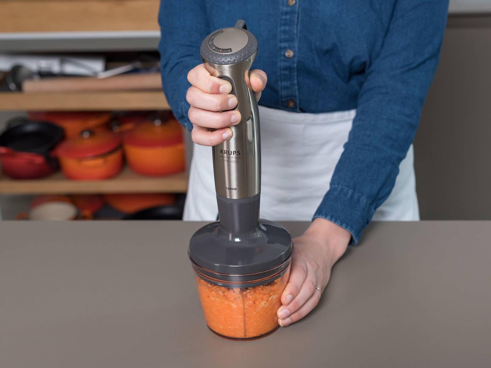 将生姜和剩余的胡萝卜削皮,用作酱汁。胡萝卜切半或切成四瓣,好放入料理机。将胡萝卜和生姜一同放入料理机中,搅打成细粒状。加入味增酱、橄榄油、米醋、蜂蜜、芝麻油和些许水,搅打至形成浓稠酱汁。如有需要,可加入更多水,调节酱汁浓度。