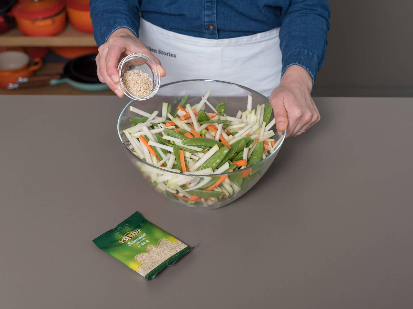 将足够的酱汁倒入沙拉中,充分搅拌,然后撒上烘烤过的芝麻粒。搅拌均匀。尽情享用吧!