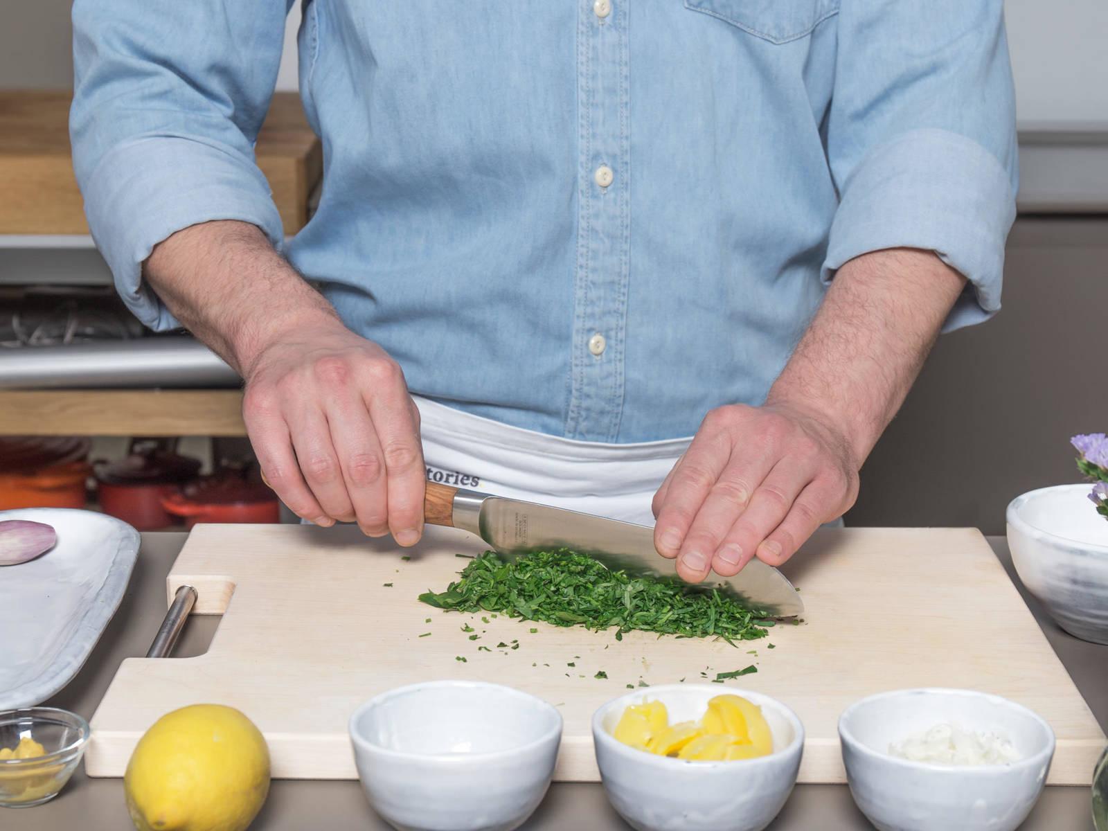 Schalotte schälen und fein hacken. Grüne Sauce Kräutermischung waschen, trocken schütteln, abzupfen und sehr fein hacken. Kohlrabis schälen, halbieren und in dicke Scheiben schneiden.