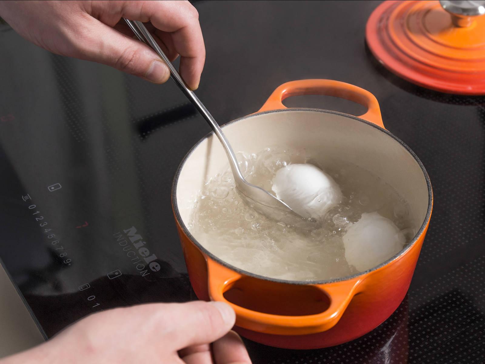 在中号汤锅中煮沸水,放入2个鸡蛋,煮10分钟。捞出鸡蛋,滤干,剥皮,用叉子戳碎。