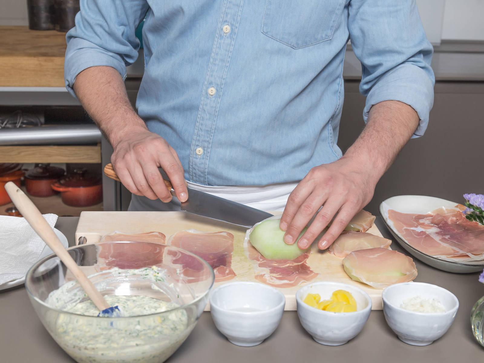 在一个小碗中,将剩余的鸡蛋加盐与胡椒搅拌均匀。在一个盘子中,混合帕玛森干酪和面包屑,在另一个盘中放入面粉。用帕尔马火腿将苤蓝片裹起,裹上面粉,然后蘸上蛋液,然后粘上面包屑。轻压封好。