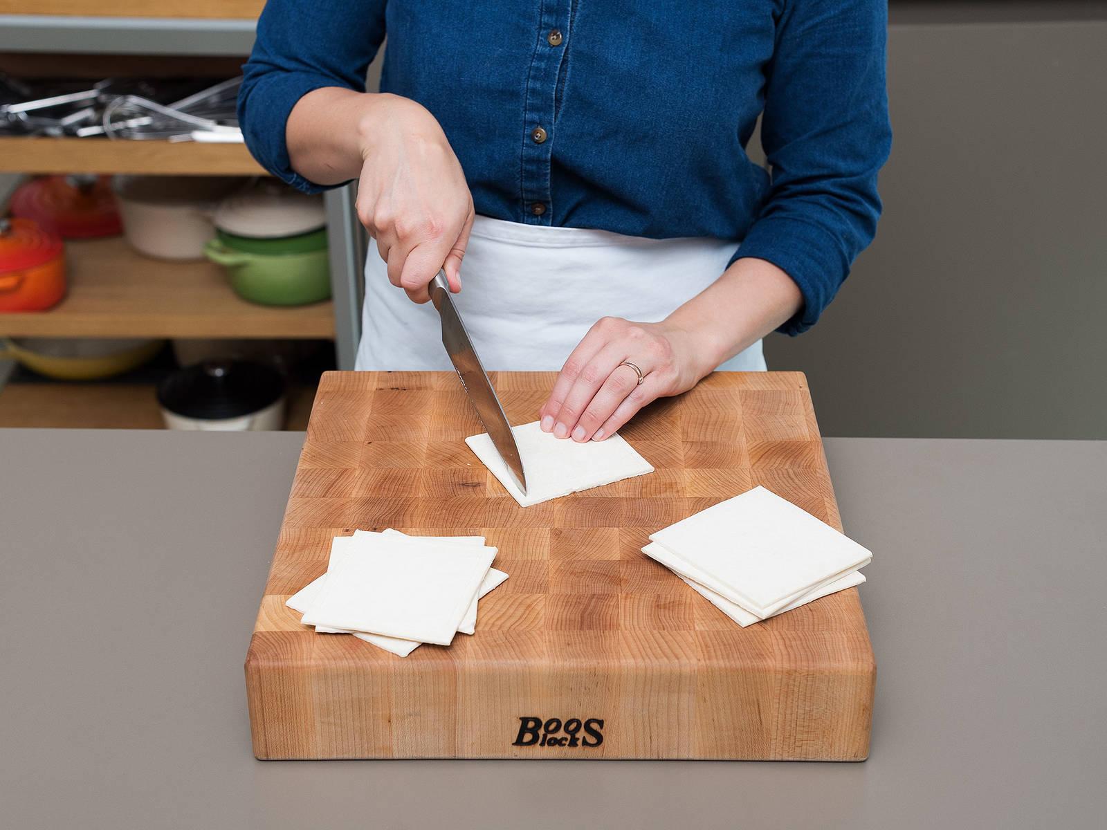 Blätterteig-Scheiben halbieren, um Quadrate zu erhalten. Jedes Quadrat mit einem scharfen Messer ca. 1 cm vom Rand entfernt vorsichtig einschneiden, aber nicht durchschneiden.