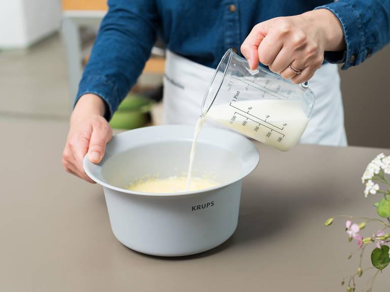 Eier in eine großen Rührschüssel schlagen. Zucker und Salz dazugeben und schaumig schlagen. Nach und nach Milch, Mehl und geschmolzene Butter dazugeben und vermengen.