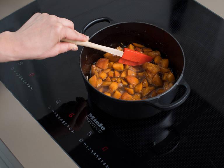 Butter in einem großen Topf über mittlerer bis hoher Hitze erwärmen und Schalotte und Ingwer ca. 2 - 3 Min. anschwitzen. Braunen Zucker dazugeben und ca. 2 - 3 Min. karamellisieren lassen. Aprikosenstücke dazugeben und vermengen. Weißweinessig dazugeben und ca. 25 Min. bei mittlerer Hitze köcheln lassen, oder bis die Aprikosen zerfallen und die Flüssigkeit deutlich reduziert ist. Beiseitestellen und abkühlen lassen.
