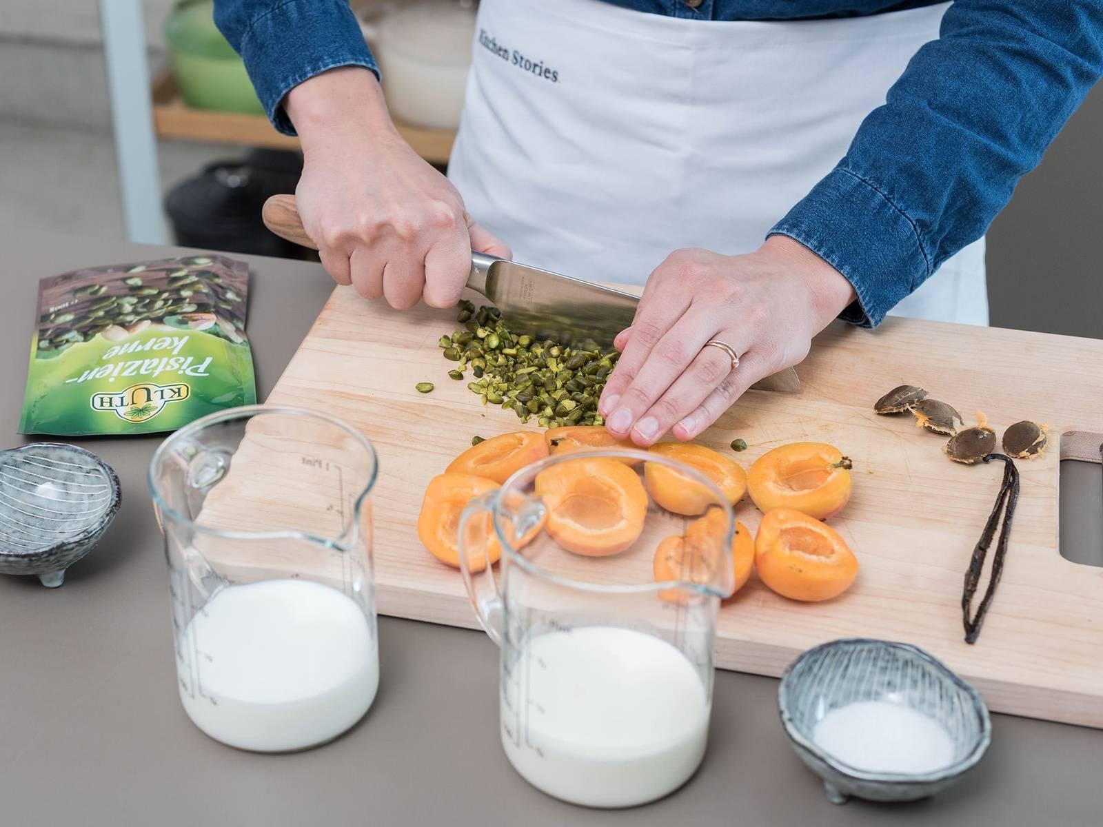 将香草豆荚撕开,刮出籽。清洗杏子后擦干、切半并除去籽。开心果剁成细末。