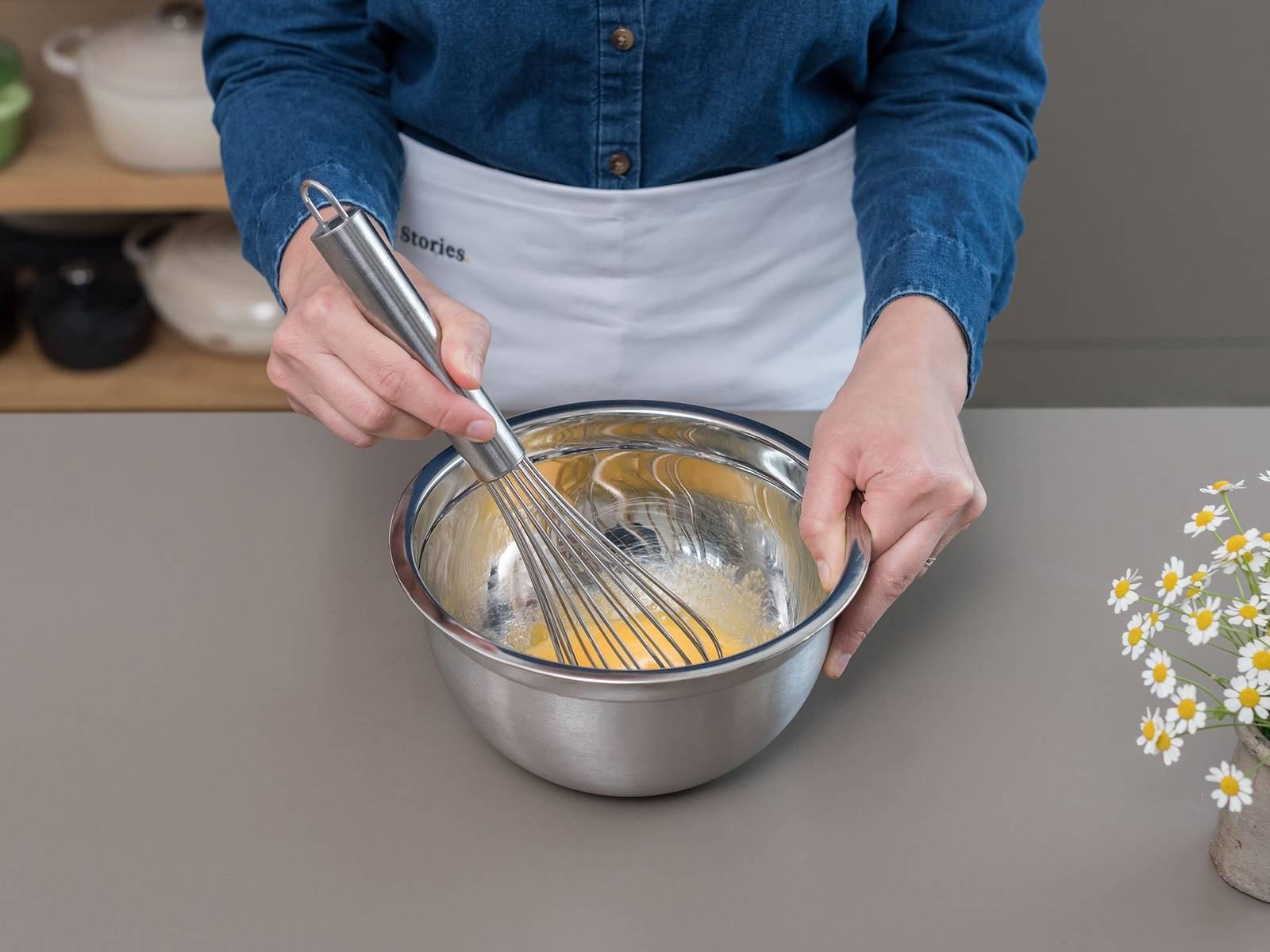 制作香草酱:将奶油、牛奶、香草豆荚和籽放到汤锅中,大火煮沸。在一个碗中,混合蛋黄和糖,搅打至颜色变淡,且质地轻盈蓬松。放入几汤匙牛奶混合物,搅拌调温。然后把鸡蛋混合物慢慢倒回锅中,文火煮,并不停搅拌,直至香草酱变稠。将香草籽捞出,立即放到一个碗中,然后置于一旁。