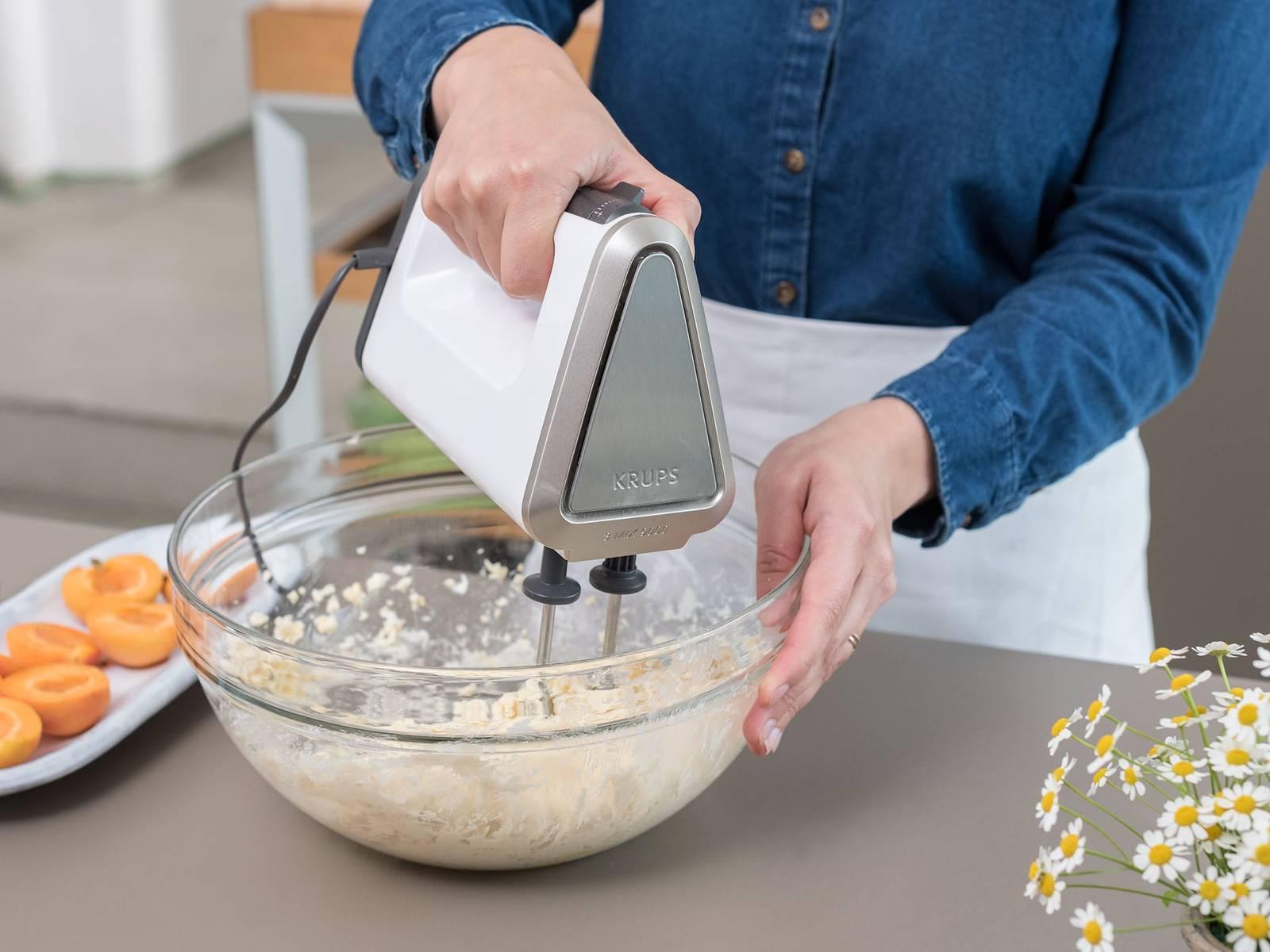 将所有食材搅拌到一起,制成面团,揉至面团不再黏着。如有需要,撒上些面粉。将面团分成8份,揉成球。将面球压平,在每个面饼中间放一个切好的杏子。合上面饼,将杏子包住,再次揉成球。