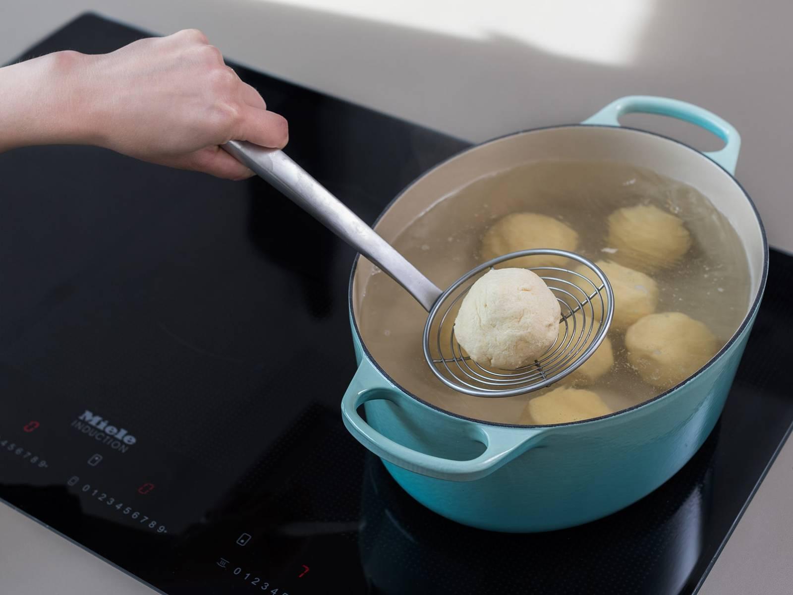 在一个大锅中,将水煮沸。煮杏子饺10分钟,直至它们浮出水面。用漏勺将其捞出,滤干水。