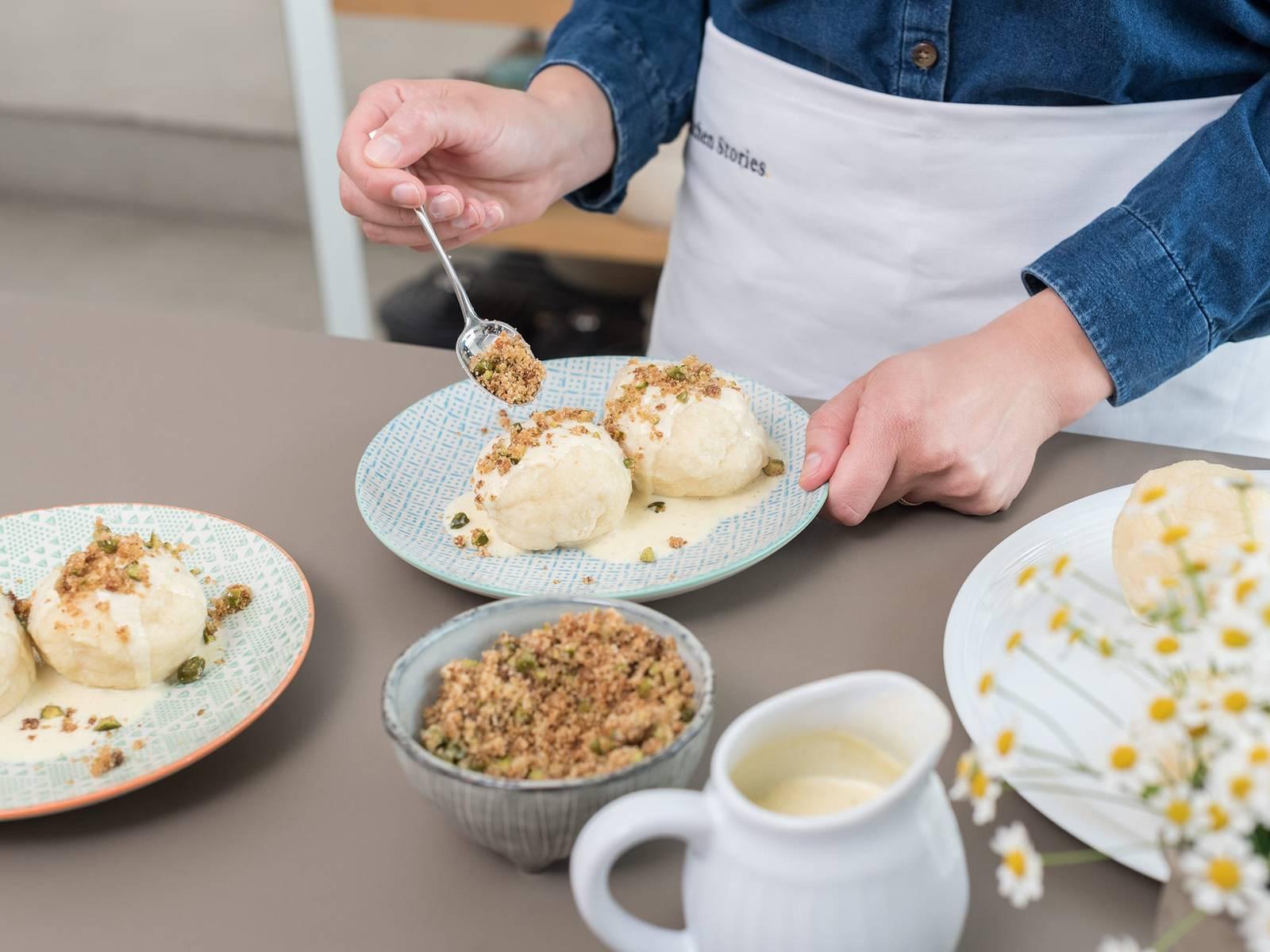 制作面包屑:在煎锅中将黄油加热至起泡。放入面包屑、糖和剁碎的开心果,搅拌至呈金棕色。佐以面包屑和香草酱享用杏子饺吧!