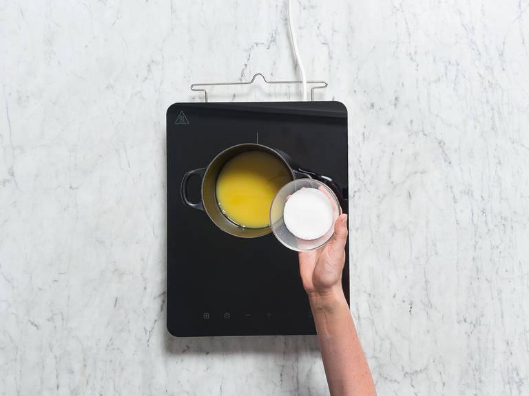 Einen Teil des Orangensafts und Zucker in einen Topf geben und für ca. 5 Min. erhitzen, bis sich der Zucker vollständig aufgelöst hat. Zitronensaft dazugeben und vom Herd nehmen.