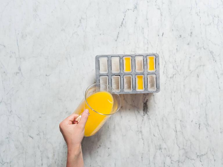 Den restlichen Orangensaft in einen Messbecher füllen und die Zucker-Saft-Mischung dazugeben und verrühren. In Eisform füllen und Holzstäbchen hineinstecken. Das Eis für ca. 6 Stunden in den Gefrierschrank stellen. Guten Appetit!