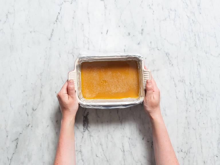 Auflaufform mit Alufolie auslegen und mit Butter einfetten. Karamellmischung in die Form gießen und ca. 60 Min. kühlen lassen. Karamell aus der Form heben und in gleich große Bonbons schneiden. Guten Appetit!