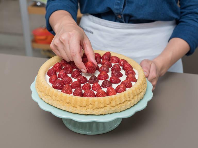 Einen Teller auf die abgekühlte Backform legen und den Kuchenboden auf den Teller stürzen. Die verfeinerte Mascarpone auf den Kuchenboden streichen und die Erdbeeren darauf verteilen. Mit gerösteten, gehobelten Mandeln bestreuen und mit Minzblättern dekorieren. Guten Appetit!