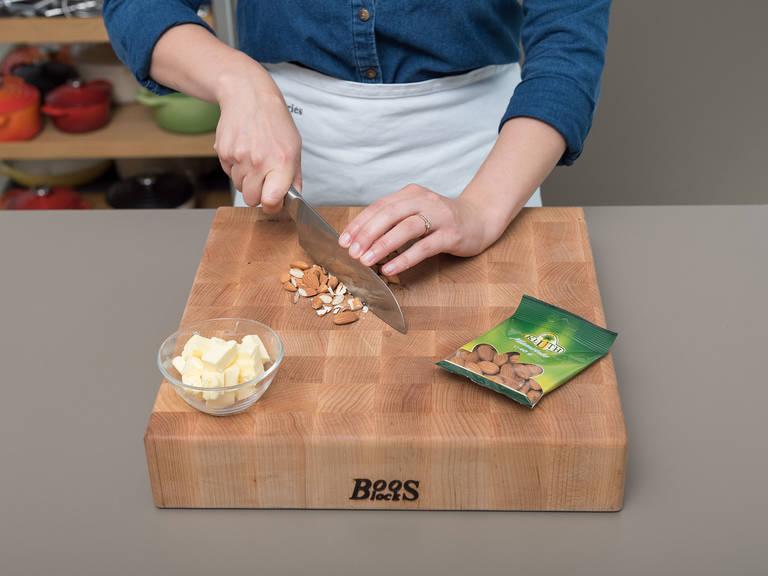 将黄油切块。  粗略地把杏仁切碎然后置于一旁。在一个大碗中混合面粉、可可粉、冷黄油和冷水使其变成面团。用保鲜膜将面团包起来,置于冰箱内30分钟。