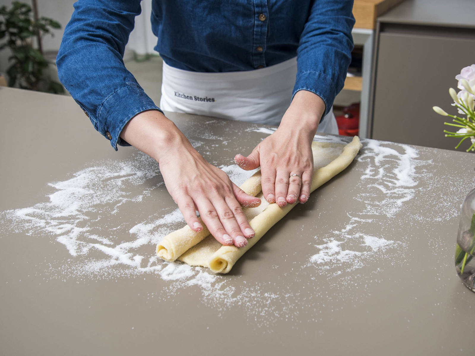 Starting from the long side, roll the dough up tightly like a carpet, stopping halfway. Repeat from the other side so that the two rolls meet. Carefully press the dough together along the seam to seal, then wrap in plastic and chill for approx. 30 min.